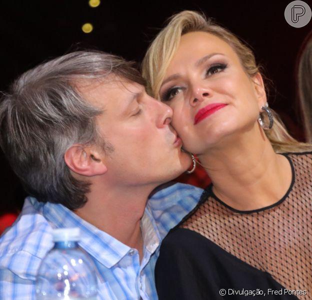Eliana ganhou beijo do namorado, o diretor de TV Adriano Ricco, na gravação do DVD de Leonardo e Eduardo Costa neste domingo, 18 de setembro de 2016