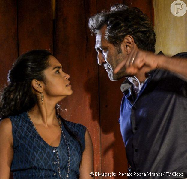Santo (Domingos Montagner) tenta impedir de Luzia (Lucy Alves) de impôr uma escolha a Miguel (Gabriel Leone), entre Olívia (Giullia Buscacio) e as terras que ele herda da bisavó, nos últimos capítulos da novela 'Velho Chico', em setembro de 2016