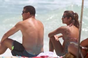 Após noivado, Ronaldo e Paula Morais curtem dia de sol na praia do Leblon, no RJ