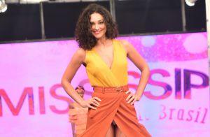 Débora Nascimento é traída por look ao desfilar em evento de moda em São Paulo
