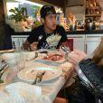 Na imagem, Neymar estaria jantando com Laryssa Oliveira e Anny Alves em sua casa