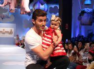 Klebber Toledo desfila com bebê durante evento em shopping, em São Paulo