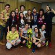 Giovanna Grigio posa com grupo de atores na premiação