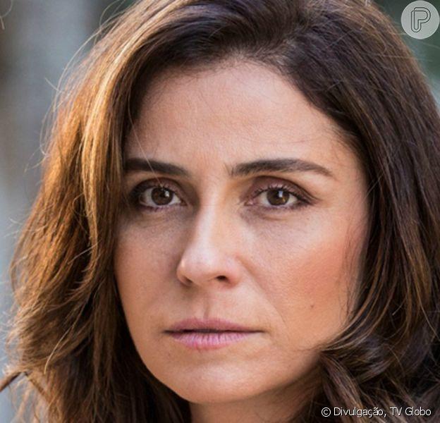 Alice (Giovanna Antonelli) estranha quando Carolina (Maria Joana) telefona para Cesar (Rafael Carodos), em 8 de outubro de 2016, na novela 'Sol Nascente'