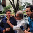 Silvio Santos foi presenteado com um pijama azul pelo amigo Otávio Mesquita ao deixar o salão de seu cabeleireiro Jassa, em São Paulo, nesta quarta-feira, 11 de dezembro de 2013. O apresentador vestiu a peça na rua mesmo, sem se intimidar com as fotos