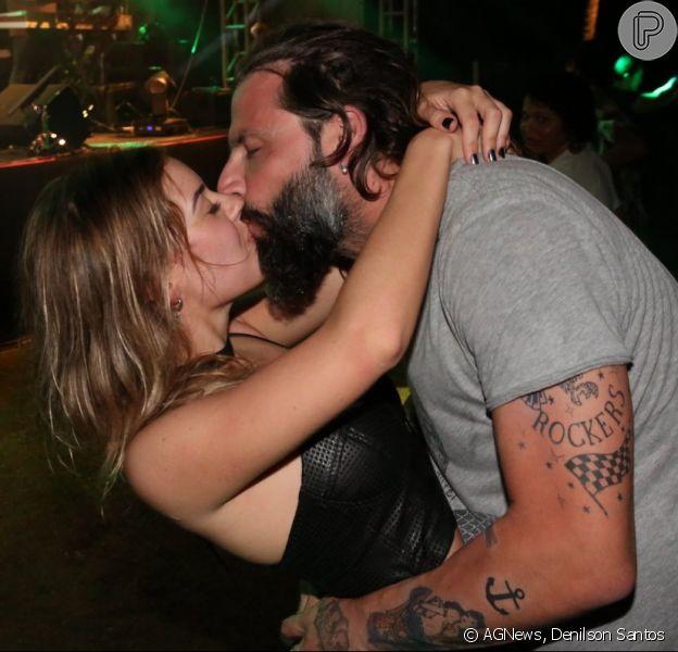 Henri Castelli troca beijos com a namorada, Maria Fernanda Saad, em show em Salvador, Bahia