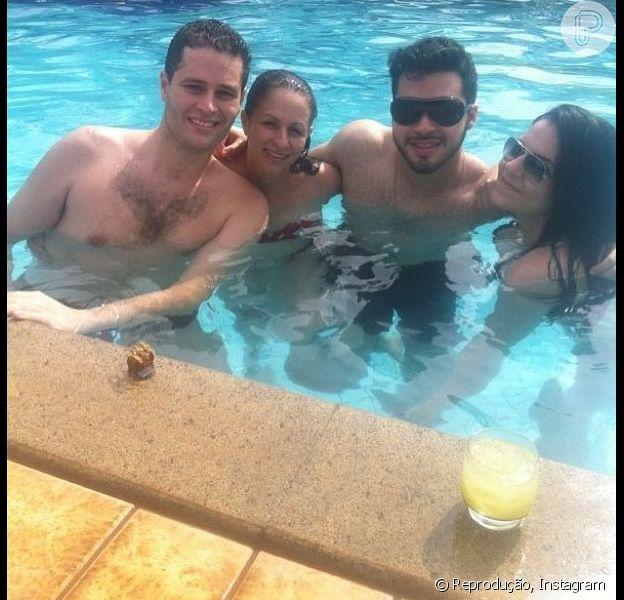 Recuperado, Pedro Leonardo curte tarde na piscina com a família em Goiânia, em 2 de janeiro de 2013