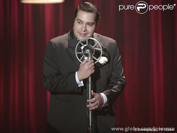 Odilon (Tiago Abravanel) estreia como cantor no palco do Cabaré Pacheco Leão, em 'Joia Rara', em 17 de dezembro de 2013