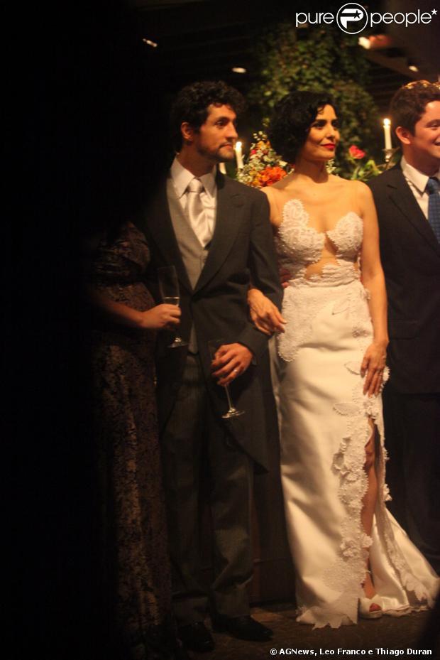 O casal posa para fotos com parentes e amigos após a cerimônia