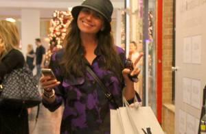 Giovanna Antonelli faz compras de pernas de fora ao lado de amigas