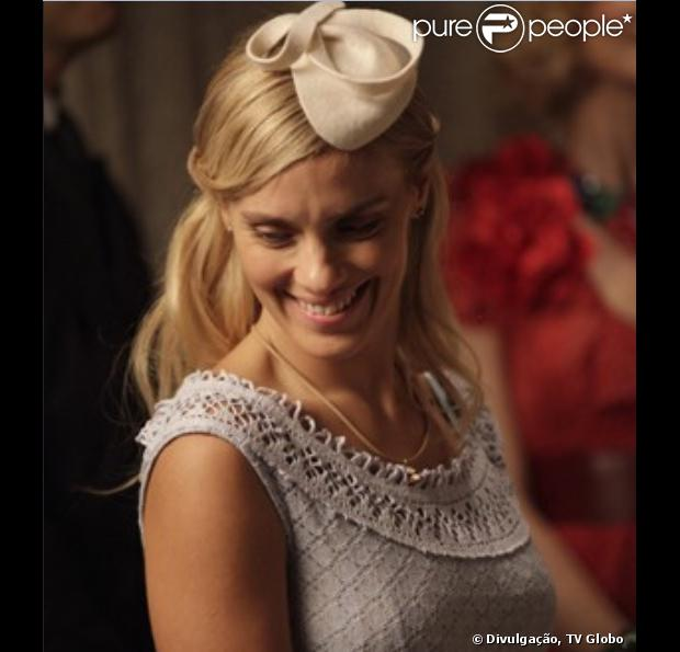 Iolanda (Carolina Dieckmann) é absolvida no julgamento por adultério, em 'Joia Rara', em 30 de dezembro de 2013