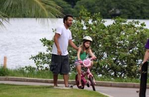 Marcos Palmeira sua a camisa para ensinar filha, Julia, a andar de bicicleta