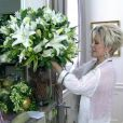 Ana Maria Braga exibe os arranjos florais que decoram a sala da sua casa, em 24 de dezembro de 2013