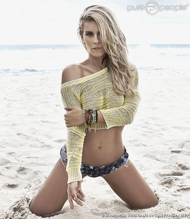 Carolina Dieckmann posa para a revista 'VIP' do mês de janeiro de 2014 e mostra sua boa forma