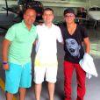 Na hora de ir embora em um jato particular, Neymar posou com o pai e Alcino Pascolotto