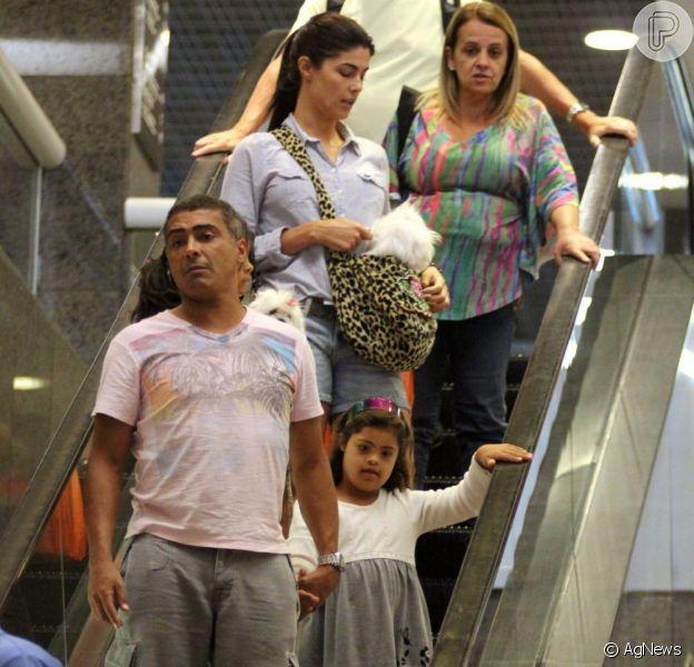 Romário passeia com Isabella, após admitir crise no casamento de 12 anos (Foto: Marcus Pavao)