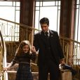 Pérola (Mel Maia) e Franz vão à mansão convidar Ernest (José de Abreu) para a união, em 'Joia Rara'