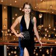 Agatha Moreira apostou na dupla decote profundo e fenda do vestido Carina Duek Black Label para ir ao Emmy Internacional, em 21 de novembro de 2016