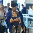 Sophie Charlotte embarca com o filho, Otto, que rouba cena em aeroporto nesta terça-feira, dia 22 de novembro de 2016