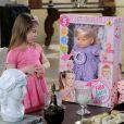 Dulce Maria (Lorena Queiroz) desconfia das intenções de Nicole (Dani Gondim) por ter lhe dado uma boneca, já que nunca mostrou simpatia pela menina, na novela 'Carinha de Anjo'