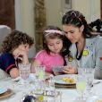 Emílio ( Gabriel Miller ) leva Juju (Maisa Silva) até o apartamento de Dulce Maria (Lorena Queiroz) e a vlogueira mostra alguns de seus vídeos para a menina, na novela 'Carinha de Anjo'