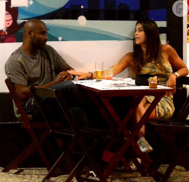 Rafael Zulu, ator de 'Sol Nascente', é clicado em clima de intimidade com morena em um barzinho no Baixo Gávea, Zona Sul do Rio de Janeiro, nesta quinta-feira, 24 de novembro de 2016
