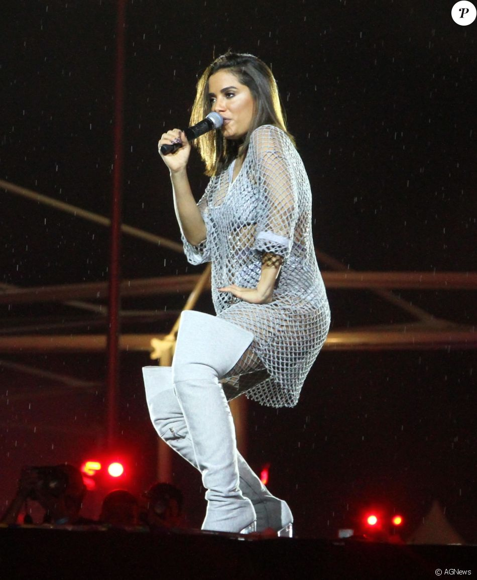 Anitta usou a bota de moletom cinza, de Andressa Salomone, durante show em novembro de 2016