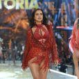 Irina Shayk aposta em lingerie vermelha no Victoria Secret's Fashion Show