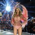 Victoria's Secret Fashion Show:  Lily Donaldson desfilou com um modelo cor de rosa