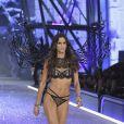 Victoria's Secret Fashion Show: Izabel Goulart voltou à passarela com uma lingerie preta