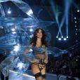 A modelo Sara Sampaio usou lingerie de tiras com meias 3/4