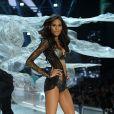Victoria's Secret Fashion Show: Cindy Bruna desfilou com um toque de cor nos pés