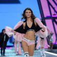 A brasileira Lais Oliveira fez sua estreia usando uma lingerie descontraída e bem comportada