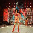 Kendall Jenner voltou a passarela com um conjunto vermelho supersexy
