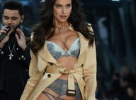 Grávida de Bradley Cooper, Irina Shayk disfarça barriga em desfile de lingerie