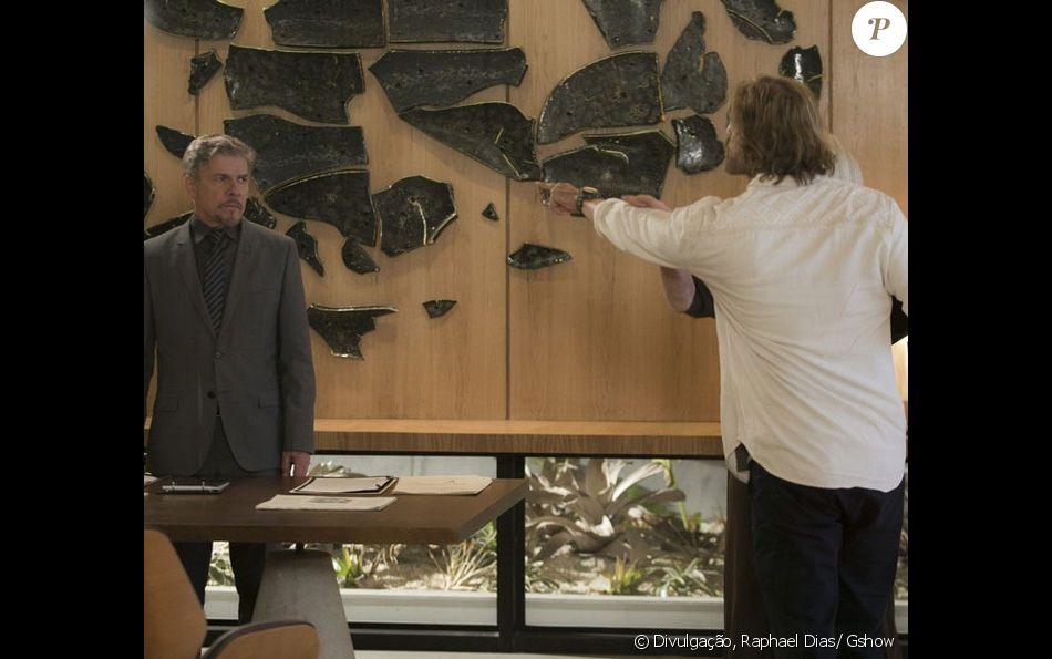 Pedro (Reynaldo Gianecchini) dá um soco em Tião (José Mayer) ao ouvi-lo dizer que vai acabar com a vida de Helô (Claudia Abreu), na novela 'A Lei do Amor', em 5 de dezembro de 2016