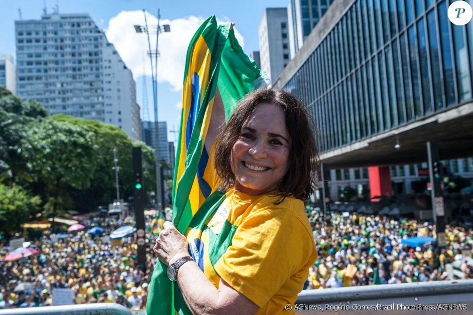 Regina Duarte vai a protesto contra a corrupção e a favor da Operação Lava-Jato, na Avenida Paulista, em São Paulo, em 4 de dezembro de 2016