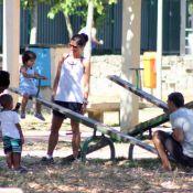 Eduardo Moscovis e Cynthia Howlett se divertem em parque com o filho caçula