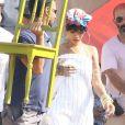 Rihanna a caminho da casa de Marília Raimundo, em Ilha Grande