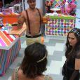 Diego apresenta a casa para Valdirene, que conversa com inglês com Bella