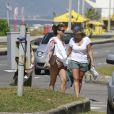 Giovanna Antonelli curtiu a terça-feira de sol na praia da Barra da Tijuca, Zona Oeste do Rio, acompanhada por sua mãe, Suely