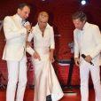 Xuxa vai a evento beneficente e mostra pé imobilizado
