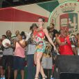Monique Alfradique mostra samba no pé no ensaio da Grande Rio, em Duque de Caxias, no Rio, em 23 de janeiro de 2014