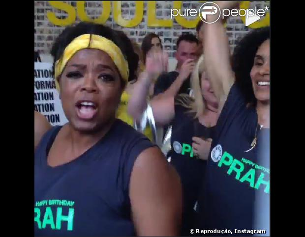 """Oprah comemorou seu aniversário de 60 anos com uma aula de spinning. A apresentadora convidou alguns amigos que vestiram uma camisa com a frase """"Happy Birthday Oprah"""" (Feliz aniversário, Oprah) durante o exercício"""