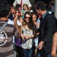 Sandy Leah ganhou bolo de seus fãs aos desembarcar no Rio nesta quarta-feira, 29 de janeiro de 2014