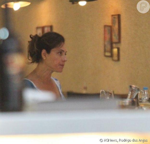 Christiane Torloni janta com amigo em restaurante de Ipanema, na zona sul do Rio de Janeiro, em 9 de janeiro de 2013
