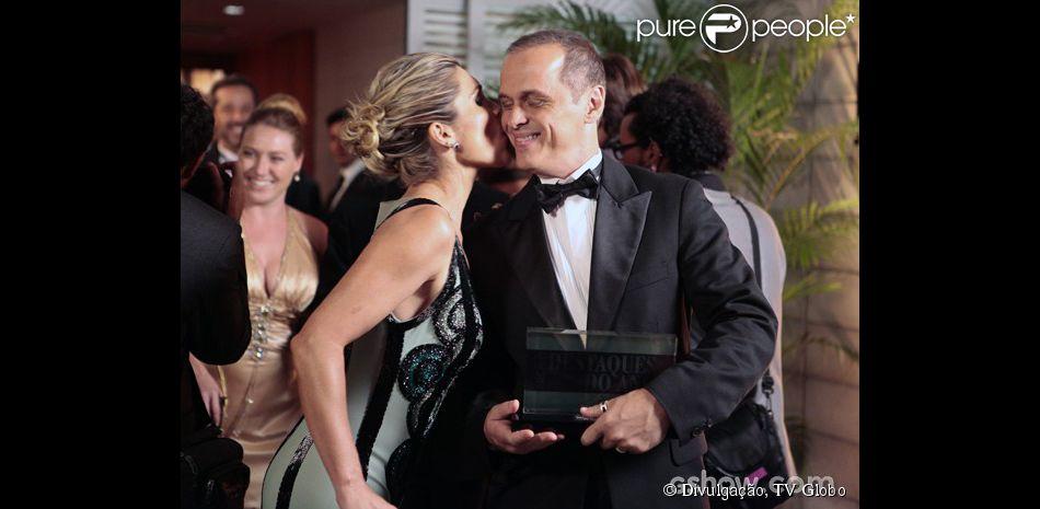 Heloísa (Flávia Alessandra) convida Flávio (Guilherme Fontes) para apresentar com ela o programa de culinária, em 'Além do Horizonte', em 10 de fevereiro de 2014