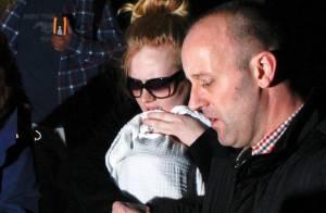 Adele aparece pela primeira vez com seu filho e esconde bebê dos paparazzi