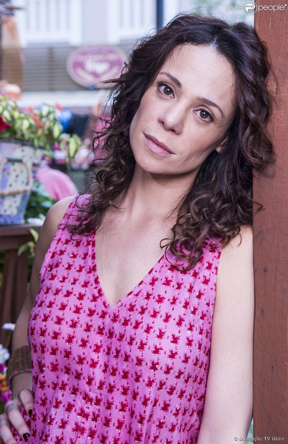 Apegada à filha de sua empregada e sem poder ter filhos, Juliana (Vanessa Gerbelli) é extorquida pelo pai de Bia (Bruna Faria) após a morte da mãe da menina, na novela 'Em Família', em 19 de fevereiro de 2014