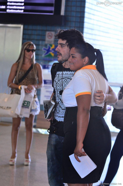 Guilherme Leicam tira foto com fã no aeroporto Santos Dumont, no Rio de Janeiro, em 11 de fevereiro de 2014